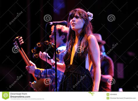 hollywood actress and singer zooey deschanel hollywood actress and singer performs