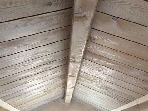 imbiancare il soffitto tinteggiare soffitti in legno