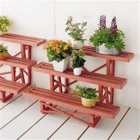 Gambar Rak Sepatu Plastik Susun model rak pot bunga dan tanaman hias unik dari bahan kayu