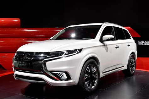 mitsubishi mitsubishi 2016 mitsubishi outlander facelift spied ahead of new york