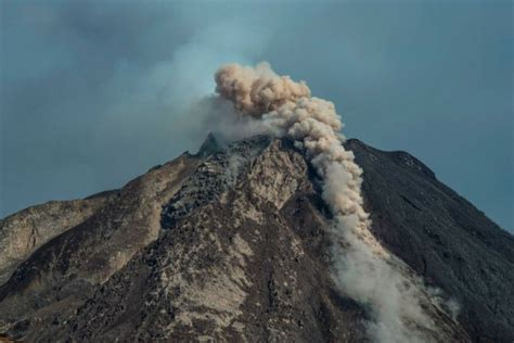mount sinabung thousands  people evacuate  indonesia