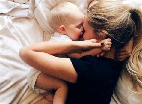 mamme e figli a letto per i neonati l 232 il miglior stimolo per formare