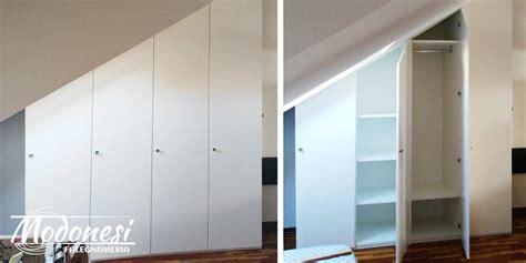 come fare un armadio in legno armadio su misura in legno per il sottotetto di una mansarda