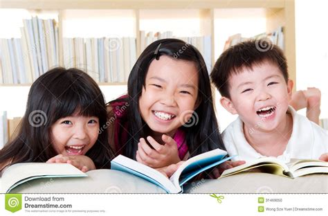 imagenes reflexivas de niños ni 241 os asi 225 ticos foto de archivo imagen 31469050