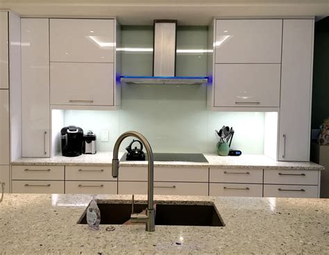 kitchen with glass backsplash mirror or glass backsplash the glass shoppe a division