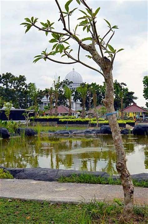 Teratai Merah Lombok 5 taman kota paling indah di indonesia gudang artikel