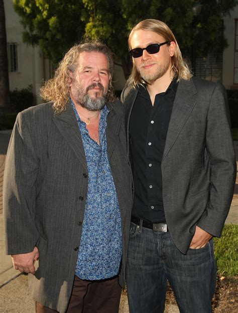 hiw to get charlie hunams hairstyle charlie hunnam photos photos premiere of fx s quot sons of