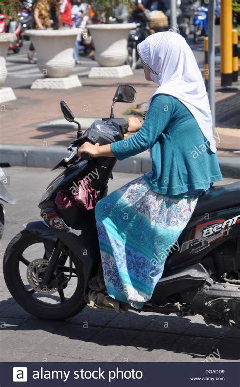 denpasar bali indonesien eine muslimische frau ein