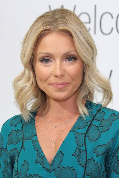 kelly ripa hair kelly ripa medium wavy cut newest looks stylebistro