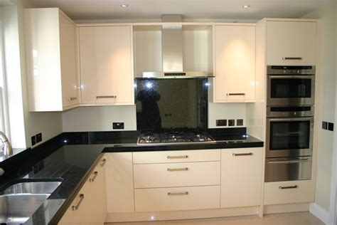 cream gloss kitchens ideas cream gloss kitchen with granite worktops google search