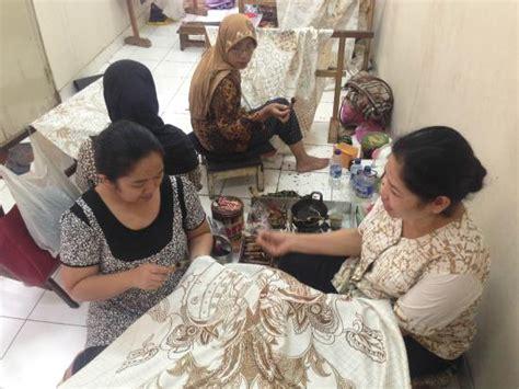 Outlet Batik Danar Hadi Tangerang lobby dari museum tempat para pengunjung diberikan pengarahan foto museum batik danar hadi