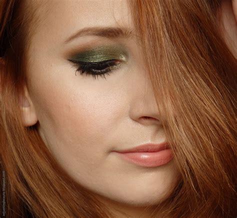 Maybelline Mascara Veh Black V2 forest green eye makeup adjusting