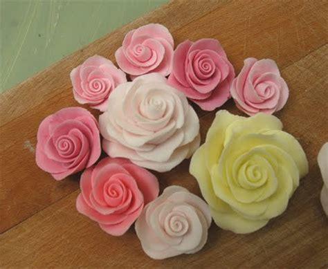 fiori di pasta di zucchero procedimento come fare le per decorare dolci