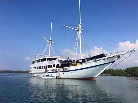 Sofa Boat Kapasitas 3 Orang sulawesi sailing boat rent rental kapal trip togean islands