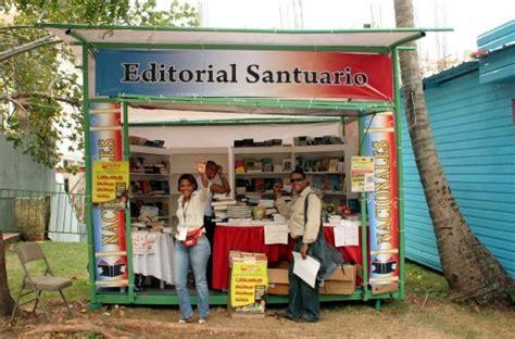 editorial santuario expositores de libros en stand de la feria