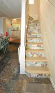 deko treppe die treppe dekorieren ideen mit farbe tapetenresten