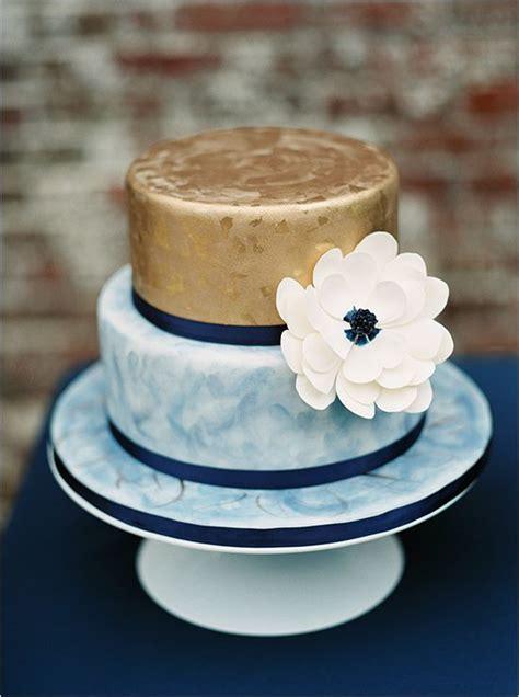 gold wedding cake ideas  sweeten  big day