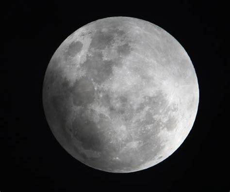 imagenes ocultas de la luna trazan un nuevo mapa en relieve de la luna con una