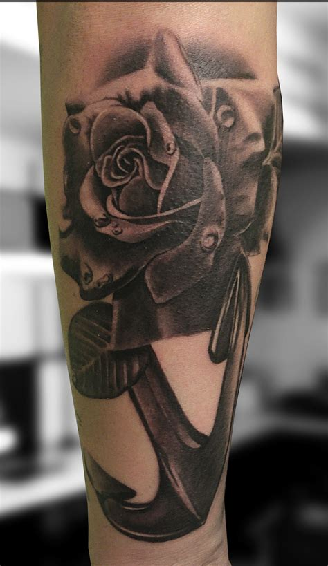 tattoo in black and white la rosa e l ancora andrea