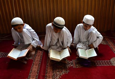 child studying koran ramadan 2015 trends online as muslims begin fasting for 30