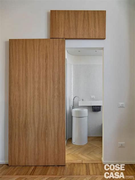 porta scorrevole bagno 110 mq con una parete in vetro per dividere soggiorno e