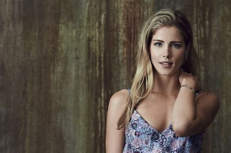 felicity smoak actress arrow season 3 episode draw back your bow stills show a