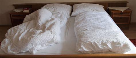 bettdecke falten anleitung wie nach dem schlafen bettet st 252 tzen der gesellschaft