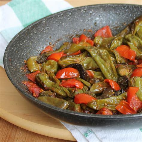 come cucinare peperoni in padella peperoni friggitelli in padella ricetta peperoncini verdi