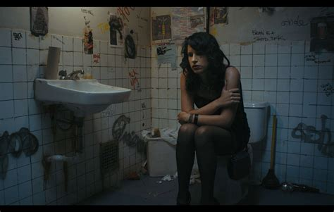going to the bathroom naked دوجنسگرا و ایرانی بودن چالش شخصیت فیلم 171 رفتار مناسب