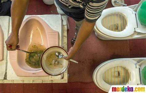 Mangkuk Bakso foto sensasi makan bakso dengan mangkuk kloset di kafe jamban merdeka