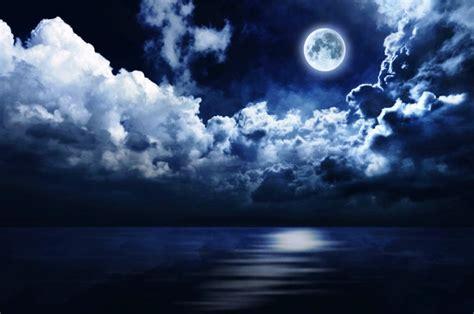 wallpaper awan yang indah gambar bulan purnama diantara awan pernik dunia