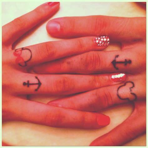 modele tatouage doigt femme ancre marine tete de mickey