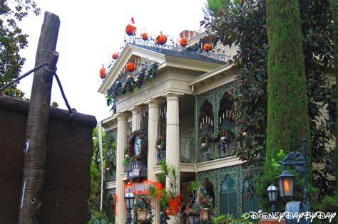 the sights of haunted mansion holiday at disneyland the disneyland haunted mansion