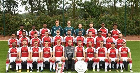 arsenal squad 2018 alex iwobi poses in arsenal s team photo for 2017 2018