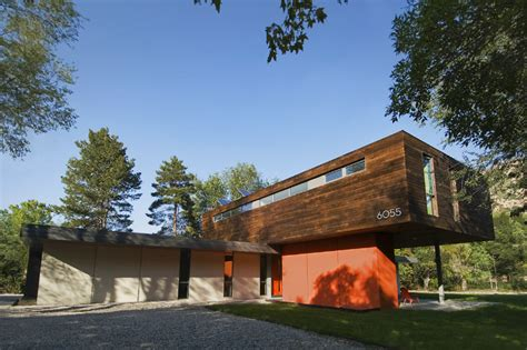 the cantilever house in utah is a solar powered home for