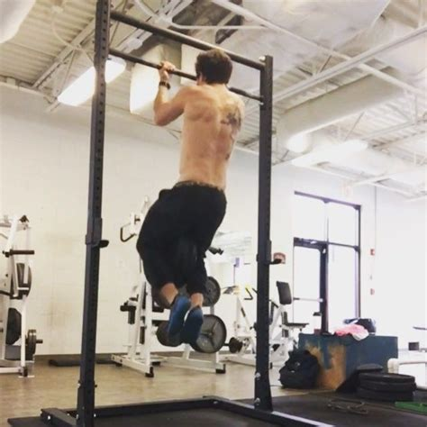 weighted dips vs bench press 25 best ideas about parallel bar dips on pinterest