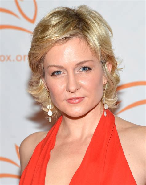 amy carlson new hair cut amy carlson photos photos 2012 a funny thing happened on