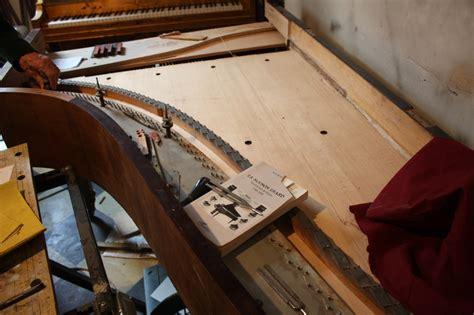0001202405 ses op b piano lepiano cordes parall 232 les sur chevalet de table unique en