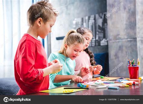 imagenes niños jugando con plastilina ni 241 os jugando con plastilina foto de stock 133075788