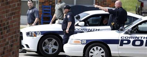 ufficio sta polizia di stato accompagnano a scuola il bimbo trovato dentro l auto