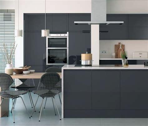 Superbe Meuble De Cuisine Gris Anthracite #3: meuble-cuisine-et-îlot-cuisine-couleur-anthracite-plan-de-travail-et-crédence-blancs-coin-repas-sympathique-e1477297574747.jpg