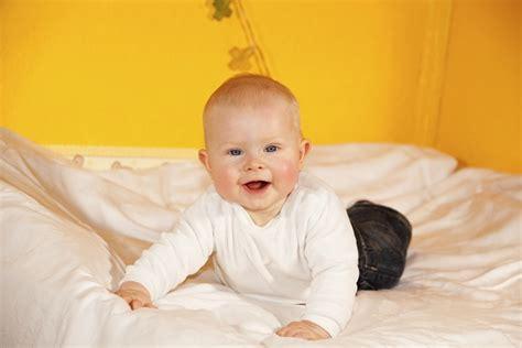 ab wann drehen sich baby im bauch baby richtig wickeln anleitung tipps