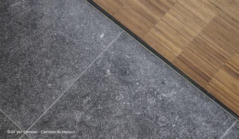 blauwe steen tegels kan men binnen een vloer in blauwe steen leggen