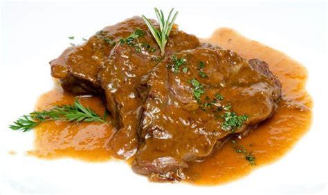 cocinar carrillada de ternera carretilleras de ternera en salsa en cocina carnes