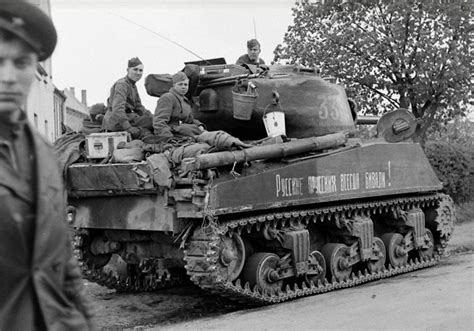 libro soviet lend lease tanks of bmashina red army soldiers on the armor of the lend lease sherman the inscription on the tank