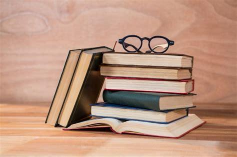 libro las gafas de la vari libri con gli occhiali su un tavolo scaricare foto gratis