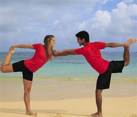 imagenes de yoga en pareja faciles 161 posturas de yoga en pareja para celebrar san valent 237 n