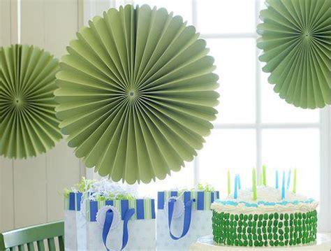 como hacer decoraciones con papel sustituyendo los globos por decoraciones de papel
