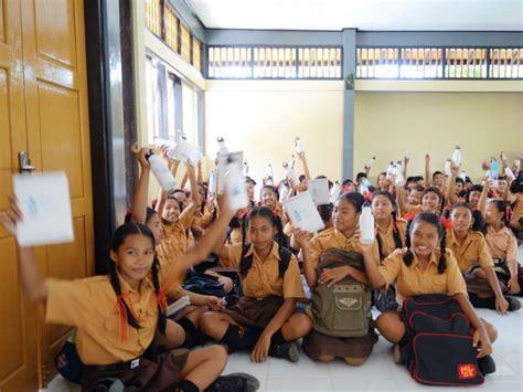 Botol School combating the plastics problem in indonesia surfcareers