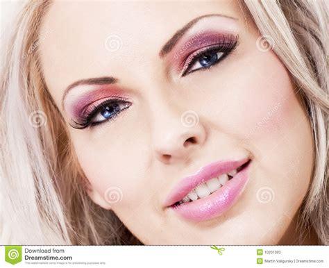 imagenes de rockeras rubias mujer rubia hermosa con maquillaje rosado y labios imagen